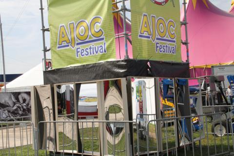 Lachspiegels op festivals zijn trending. Hier staan 16 lachspiegels op het AJOC festival. Er stonden 3 lachspiegels op Festival 5D te Amsterdam op 10 sept. 2011. Tevens hebben wij 50 lachspiegels geleverd voor de museumnacht van 2011. Volgend jaar zullen ze ook staan op Dolfin Rocks te Heiloo.