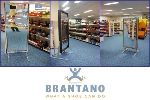 Instore actie in schoenenwinkel. Lachen brengt de klant in een goede (koop)stemming!