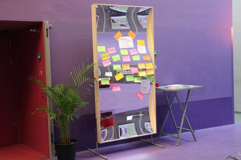 Een (lach)spiegel van mogelijkheden. Tijdens een netwerkbijeenkomst konden de bezoekers hun zoekvraag met een post-it op de XXL spiegel plakken. Zeer geslaagd initiatief!