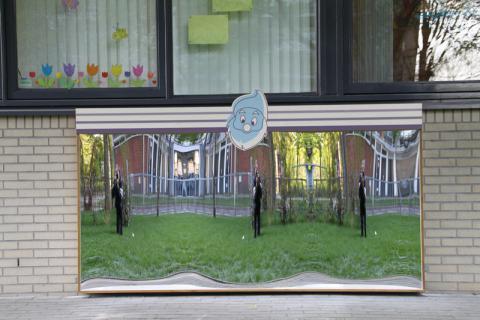 Kinderdagverblijf met lachspiegel model Amsterdam XXL aan de buitenzijde.