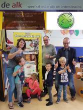 DE Lachspiegel aangeboden aan Elize, (links op de foto) door Ronald Kooij (lachspiegelexpert, midden) en John Appelman (L'Arcade Adm., recht op de foto)
