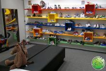 Lachspiegel in schoenenwinkel Beijer te Culemborg. De leukste schoenenwinkel voor kinderen.