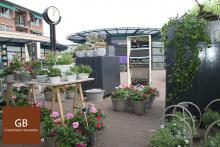 Moederdagactie bij Groenbloem in Heerhugowaard. 4 Lachspiegels zijn tussen de bloemen opgesteld.
