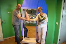 Ronald Kooij overhandigd aan Marijke Peer een mooie verrijdbare lachspiegel voor in het VU MC KINDERSTAD.